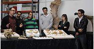 Equipo de paleontólogos de la Fundación Teruel-Dinopolis y fósiles del cráneo de Turiasaurus riodevensis
