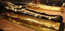 Último sarcófago y momia.  Foto: Rosa Lencero