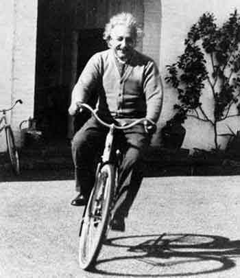 Einstein en bicicleta